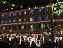 Mercado y luces de la Navidad en el ayuntamiento histórico por noche Imagenes de archivo