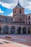 Mercadochico vierkant en de kerk van San Juan Bautista ` s stock afbeelding