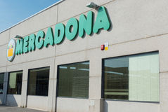 Mercadona logo i supermarketfasad Royaltyfria Bilder
