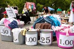 Mercadoria com preços na venda de garagem Imagem de Stock
