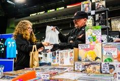 Mercadoria da compra do fã na convenção de Yorkshire Cosplay fotografia de stock royalty free