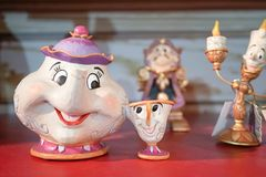 Mercadoria de Disney da Sra. Potts & as microplaquetas estão na exposição junto com outros caráteres de apoio imagem de stock royalty free