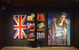 Mercadoria de Superdry na exposição no shopping fotografia de stock