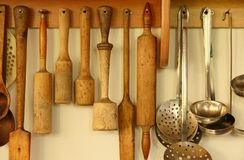Mercadorias da cozinha na parede Imagem de Stock
