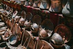 Mercadorias de cobre antigos Feira da ladra Vernissage Yerevan, Armênia foto de stock
