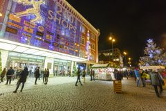 Mercados de la Navidad delante de un centro comercial adornado grande Palladium en Praga en el cuadrado de la república, 2017 Foto de archivo