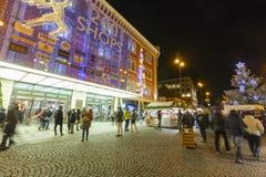 Mercados de la Navidad delante de un centro comercial adornado grande Palladium en Praga en el cuadrado de la república, 2017 Imagen de archivo
