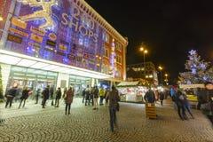 Mercados de la Navidad delante de un centro comercial adornado grande Palladium en Praga en el cuadrado de la república, 2017 Imagen de archivo libre de regalías