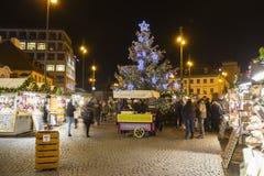 Mercados de la Navidad delante de un centro comercial adornado grande Palladium en Praga en el cuadrado de la república, 2017 Foto de archivo libre de regalías