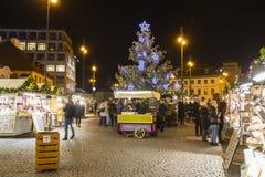 Mercados de la Navidad delante de un centro comercial adornado grande Palladium en Praga en el cuadrado de la república, 2017 Fotografía de archivo libre de regalías
