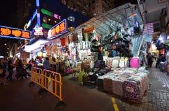 Mercados de pulgas de la calle del templo en la noche en Hong Kong Foto de archivo libre de regalías