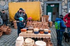Mercados do ` dos fazendeiros na terraplenagem do rio de Vltava em Praga Fotos de Stock