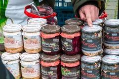 Mercados do ` dos fazendeiros na terraplenagem do rio de Vltava em Praga Imagem de Stock