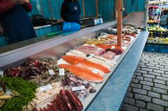 Mercados do ` dos fazendeiros na terraplenagem do rio de Vltava em Praga Imagem de Stock Royalty Free