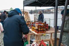 Mercados do ` dos fazendeiros na terraplenagem do rio de Vltava em Praga Foto de Stock