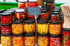 Mercados do ` dos fazendeiros na terraplenagem do rio de Vltava em Praga Imagens de Stock Royalty Free