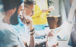 Mercados em linha de Team Brainstorming Process Business Startup dos colegas de trabalho Dispositivos de Using Modern Electronic  Fotografia de Stock Royalty Free