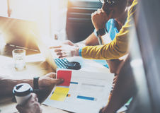 Mercados em linha de Team Brainstorming Process Business Startup dos colegas de trabalho Dispositivos de Using Modern Electronic  fotografia de stock