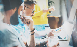 Mercados en línea de Team Brainstorming Process Business Startup de los compañeros de trabajo Artilugios de Using Modern Electron Fotografía de archivo libre de regalías