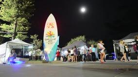 Mercados frente al mar Gold Coast Australia del paraíso de las personas que practica surf almacen de video
