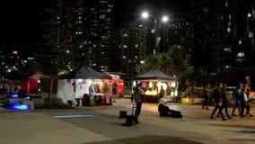 Mercados frente al mar Gold Coast Australia del paraíso de las personas que practica surf almacen de metraje de vídeo