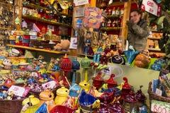 Mercados tradicionales de la Navidad en Budapest en el cuadrado de Vorosmarty (ter de Vorosmarty) fotos de archivo