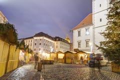 Mercados tradicionales de la Navidad en la ciudad Olomouc en el cuadrado superior (namesti de Horni) en la noche Fotos de archivo