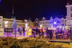 Mercados tradicionales de la Navidad en la ciudad Ostrava en el cuadrado de Masaryk (namesti de Masarykovo) en la noche Foto de archivo