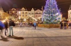 Mercados tradicionales de la Navidad en la ciudad Ostrava en el cuadrado de Masaryk (namesti de Masarykovo) en la noche Fotos de archivo libres de regalías