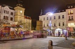 Mercados tradicionales de la Navidad en la ciudad Ostrava en el cuadrado de Masaryk (namesti de Masarykovo) en la noche Imagenes de archivo