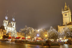Mercados tradicionales de la Navidad en la vieja plaza en Praga, República Checa foto de archivo