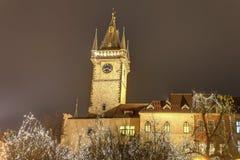 Mercados tradicionales de la Navidad y el reloj astronómico en la vieja plaza en Praga, República Checa Fotografía de archivo libre de regalías