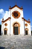 mercallo的教会封锁了砖塔边路意大利 库存照片