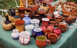 Mercancías de cerámica originales hermosas hechas de la arcilla en una rueda de alfarero hecha a mano y la leña Imagen de archivo