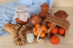 Mercancías de cerámica, vidrios con leche y fruta fresca en una cesta de mimbre en una tabla de madera Alimento sano Visión desde Imagen de archivo