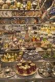 Mercancías de cobre amarillo y de plata en una tienda fotos de archivo