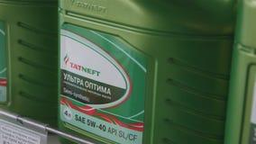 Mercancías de la calidad para el cuidado del automóvil en estante en tienda almacen de video