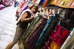 Mercancías del árabe de las compras fotografía de archivo