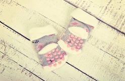 Mercancías del bebé Calcetines del ` s de los niños de la ropa del ` s de los niños con los corazones rosados en un blanco Foto de archivo libre de regalías