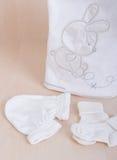 Mercancías del bebé Embroma cosas del ` Las manoplas de los pijamas de los pañales de la ropa del ` s de los niños pegan los resb imágenes de archivo libres de regalías
