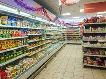 Mercancías en el estante de un colmado Salsas, mayonesa y otras mercancías en los estantes imagenes de archivo
