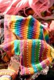Mercancías hechas punto coloridas en un mercado del país Fotografía de archivo libre de regalías