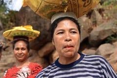 Mercancías que llevan de la mujer de Lamalera Imagen de archivo libre de regalías