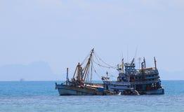 Mercancías que llevan del trabajador de volcar el barco Imagenes de archivo