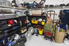 Mercancía de la venta de garaje de la tienda de descuento Imagen de archivo