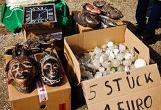 Mercanzie su esposizione al mercato delle pulci dell'aria aperta Fotografie Stock