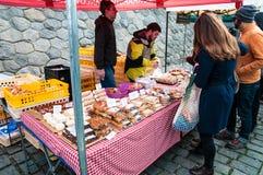 Mercati del ` degli agricoltori sull'argine del fiume della Moldava a Praga Immagine Stock Libera da Diritti