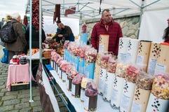 Mercati del ` degli agricoltori sull'argine del fiume della Moldava a Praga Immagini Stock Libere da Diritti