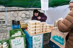 Mercati del ` degli agricoltori sull'argine del fiume della Moldava a Praga Fotografia Stock