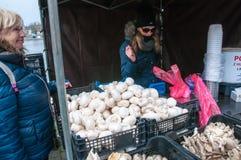 Mercati del ` degli agricoltori sull'argine del fiume della Moldava a Praga Immagini Stock